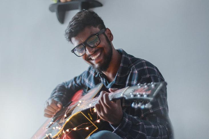 To mænd der spiller akustiske guitarer